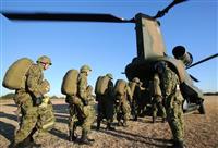ヘリコプターCH47Jに乗り込む隊員ら=2016年12月17日、陸上自衛隊習志野演習場(彦野公太朗撮影)