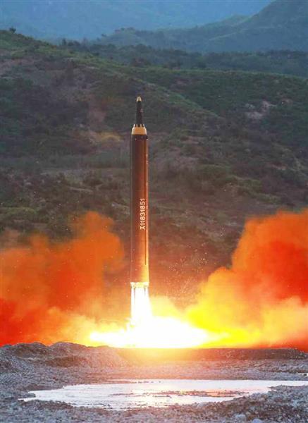 北朝鮮の労働新聞が15日掲載した、新型の中長距離弾道ミサイル「火星12」の発射実験の写真(共同)