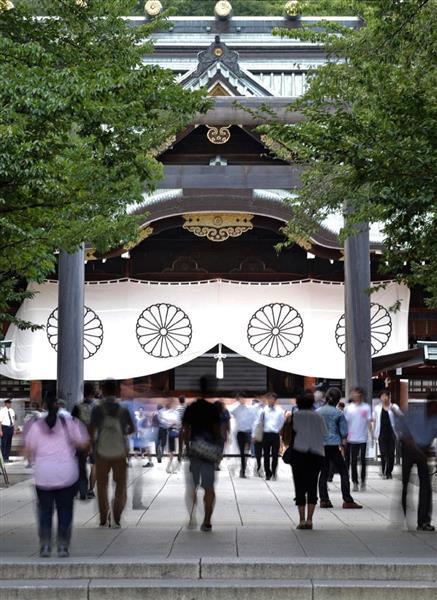 多くの人たちが参拝に訪れる靖国神社=東京都千代田区(松本健吾撮影)