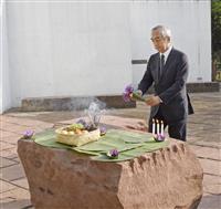 インパール作戦から73年の追悼式典で、慰霊碑に献花する平松賢司駐インド大使=20日、インド・インパール(共同)