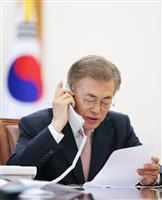 11日、安倍首相と電話会談する韓国の文在寅大統領(大統領府提供・聯合=共同)