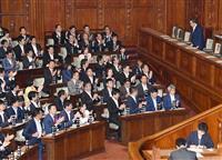 衆院本会議で組織犯罪処罰法改正案が賛成多数で可決され、一礼する金田法相(右上)=23日午後