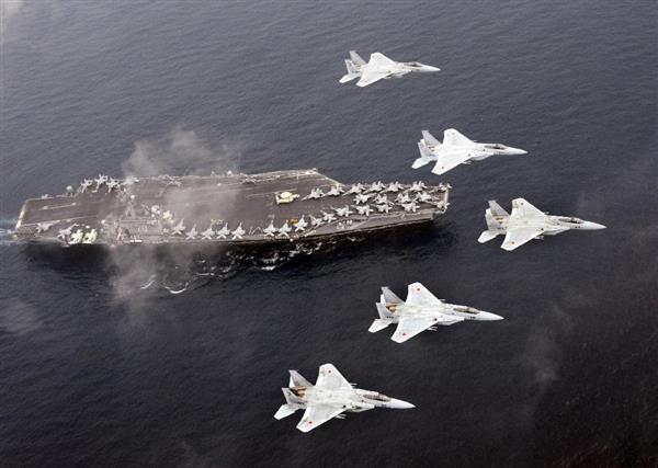 海上自衛隊の護衛艦「ひゅうが」と「あしがら」、航空自衛隊のF15戦闘機が、米海軍の空母「カール・ビンソン」「ロナルド・レーガン」と、その艦載機とともに、日本海で共同訓練を行った。「カール・ビンソン」と空自のF15(自衛隊提供)