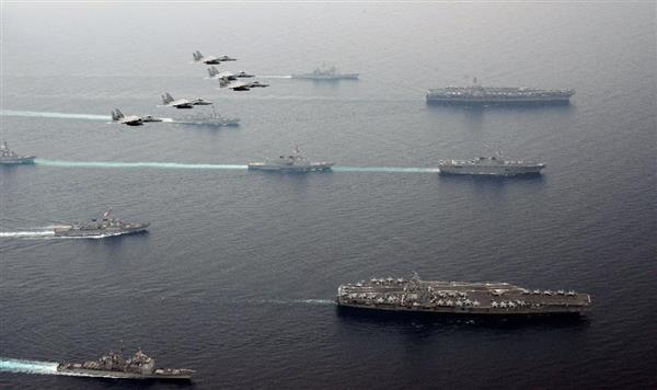 共同訓練する(右上から下に)米空母カール・ビンソン、海上自衛隊の護衛艦「ひゅうが」、米空母ロナルド・レーガン。「ひゅうが」の後方に「あしがら」が航行。上空を飛行するのは航空自衛隊のF15戦闘機=1日、日本海(航空自衛隊提供)