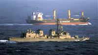 アフリカ・ソマリア沖で、日本の貨物船(奥)を警護する、海上自衛隊の護衛艦「さざなみ」(海自ヘリから)