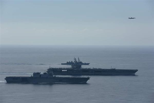 海上自衛隊と米海軍が南シナ海で共同訓練を実施した。手前から護衛艦「いずも」、空母「ロナルド・レーガン」、護衛艦「さざなみ」(海上自衛隊提供)