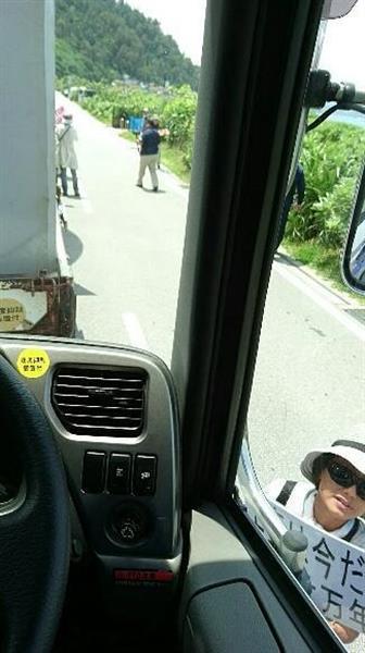 トラックを取り囲んで抗議する基地移設反対派の女性=4月21日、沖縄県名護市東江(トラック運転手の男性が事故直前に提供)