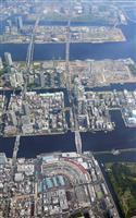築地市場(下)と豊洲市場(上)=20日午後、東京都(共同通信社ヘリから)