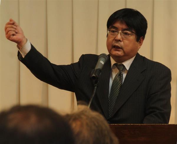 講演する阿比留瑠比・産経新聞政治部編集委員=6月15日、松江市