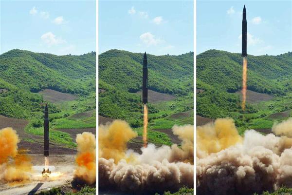 北朝鮮の労働新聞が5日掲載した「火星14」の発射実験の写真(共同)
