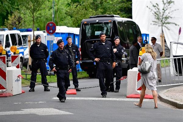 7日、トランプ米大統領とメラニア夫人が滞在する宿泊先周辺を警備する警官=ドイツ北部ハンブルク(ゲッティ=共同)