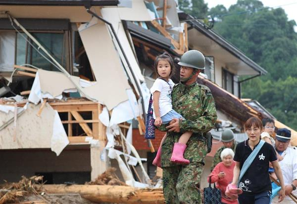孤立した松末小から避難が始まり、子供たちは警察官に…|【九州北部で大雨】「ななつ星」… 写真6/6|産経ニュース
