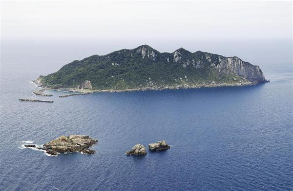 福岡県宗像市の沖ノ島。手前の岩礁は(左から)小屋島、御門柱、天狗岩=3日