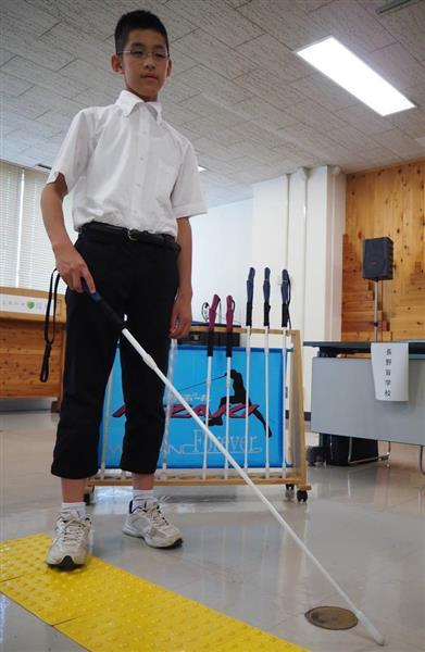 子供の体格に合わせて軽量化やグリップ形状などについて工夫を重ねた子供用白杖=10日、長野県庁