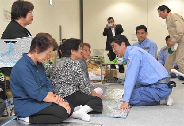 九州北部豪雨で被災し、避難生活を送る人たちから話を聞く安倍晋三首相(右)=大分県日田市の複合文化施設AOSEで2017年7月12日午前11時46分(代表撮影)