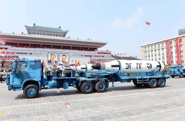 金日成主席の誕生105周年慶祝閲兵式に登場した弾道ミサイル「北極星」=平壌・金日成広場(朝鮮中央通信=朝鮮通信)