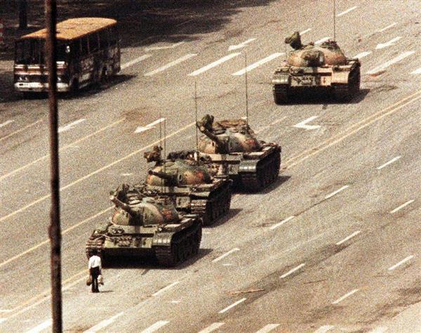 1989年6月、北京の天安門広場に近い長安街で戦車の前に立ちはだかる男性(ロイター)