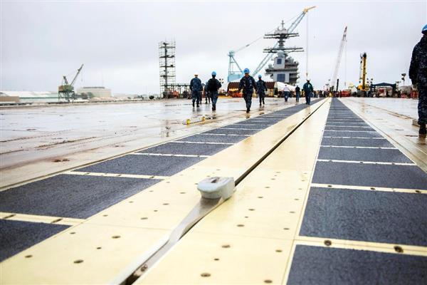 米海軍の最新鋭原子力空母「ジェラルド・R・フォード」の甲板上に設置された電磁式カタパルト=6月(米海軍ホームページから)