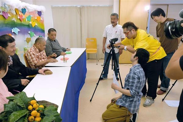 障害福祉事業所の一角に設けたスタジオで番組を収録する「パンジーメディア」の知的障害者ら=大阪府東大阪市(未来氏撮影)