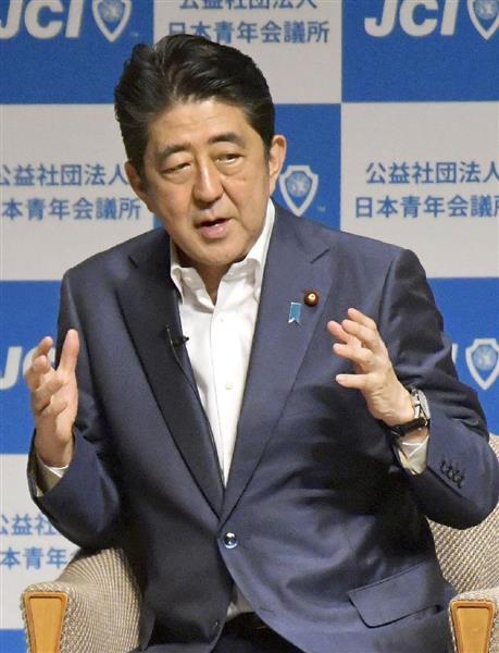 内閣支持率の急落に直面する安倍首相=23日、横浜市