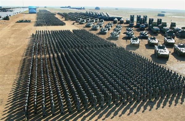 中国人民解放軍の創設90周年を記念した閲兵式で待機する兵士ら=30日、中国内モンゴル自治区(新華社=共同)