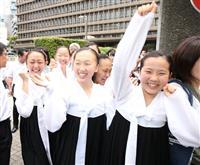朝鮮学校の無償化を求めた裁判の判決。勝訴し喜ぶ朝鮮学校の生徒ら=28日午前、大阪地裁(前川純一郎撮影)