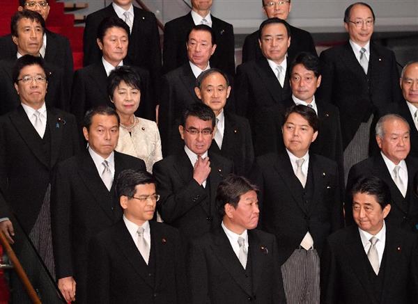 記念撮影を終えた河野太郎外相(2列目左から2人目)と閣僚ら。右下は安倍晋三首相=3日午後、首相官邸(宮崎瑞穂撮影)