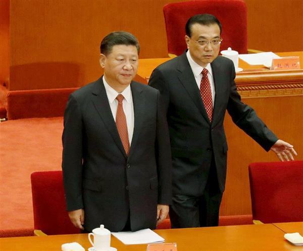 中国人民解放軍の創設90年を記念する式典に出席する習近平国家主席(左)と李克強首相=1日、北京の人民大会堂(ロイター)
