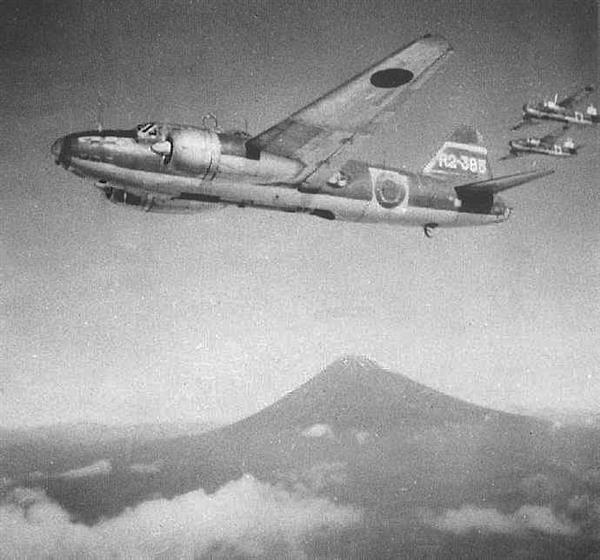 高高度を飛ぶ一式陸上攻撃機。終戦まで海軍の主力攻撃機として使用された