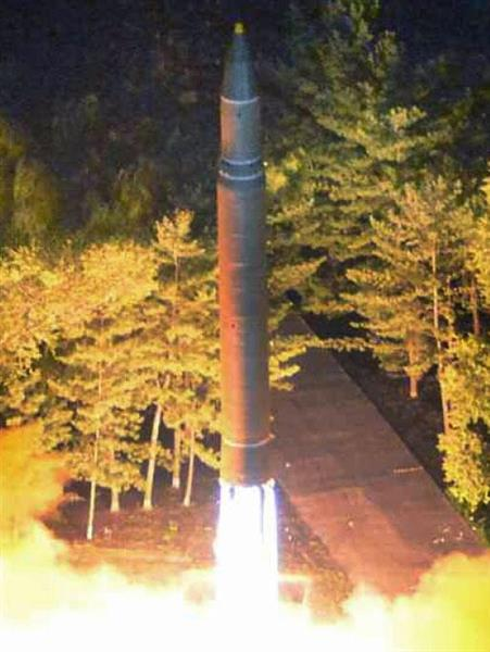 北朝鮮の労働新聞が7月29日掲載した「火星14」発射の写真(共同)