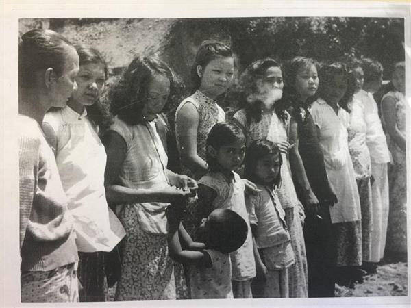 アンダマン・ニコバル諸島で英軍兵士によって撮影された写真には「日本によって軍のための『慰安少女』としてペナン島から強制的に連行された中国人とマレー人の少女」との写真説明がついている(英帝国戦争博物館所蔵)