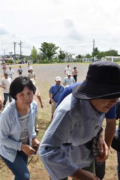 弾道ミサイルの着弾を想定した訓練で小学校の体育館に逃げ込む住民ら=7月29日午前、龍ケ崎市