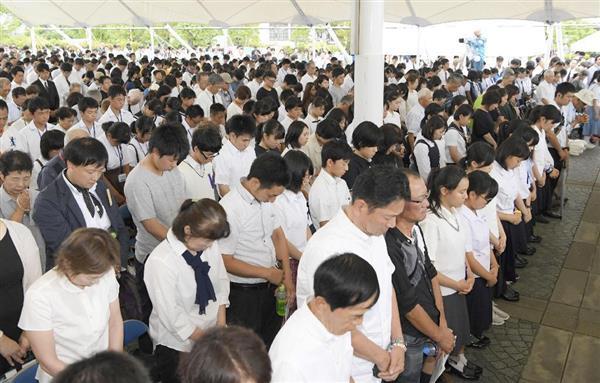 原爆投下時刻に合わせて黙とうする平和祈念式典の参列者=9日午前11時2分、長崎市の平和公園(共同)