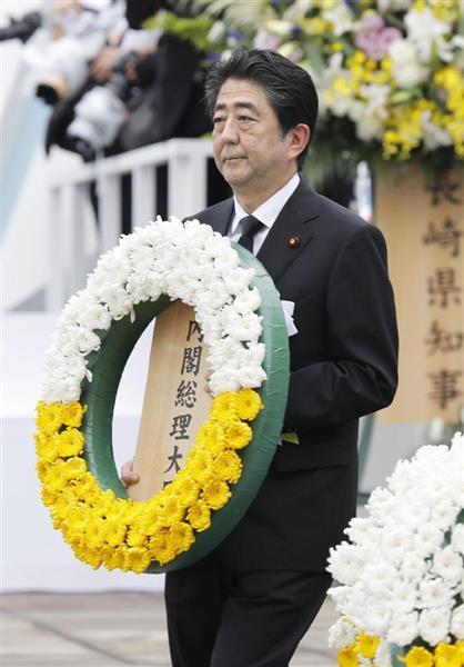 平和祈念式典で献花に向かう安倍首相=9日午前、長崎市の平和公園(共同)