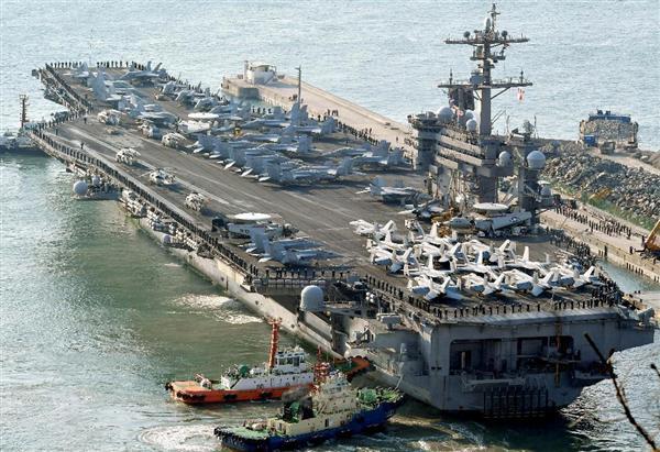 韓国・釜山に入港する米海軍の原子力空母カール・ビンソン=3月15日(共同)