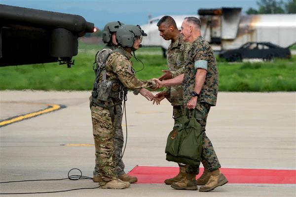 ヘリコプターの操縦士にあいさつする米統合参謀本部のジョセフ・ダンフォード統合参謀本部議長(右)とビンセント・ブルックス在韓米軍司令官(右から2人目)=13日、韓国・平沢の烏山空軍基地(AP)