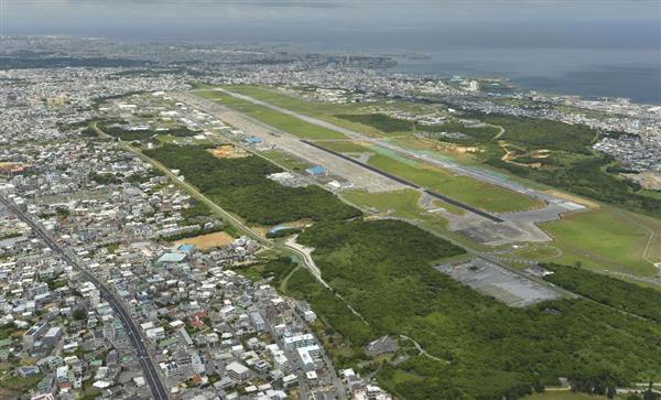 沖縄県宜野湾市の市街地中心部に位置する米軍普天間飛行場=5月