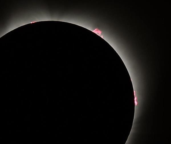 米西部オレゴン州マドラスで観測された皆既日食。太陽のプロミネンス(紅炎)が見られる=21日午前10時20分(共同)