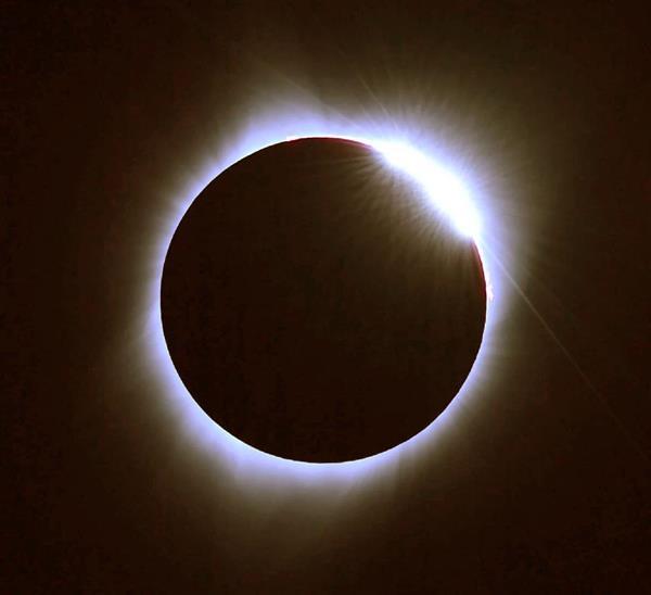 米オレゴン州マドラスで観測された皆既日食の終わりに見られたダイヤモンドリング=21日午前10時21分(共同)