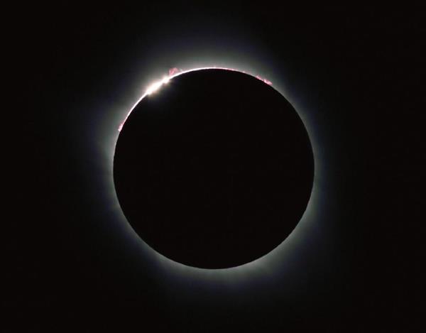 皆既日食が終わり米国で観測されたダイヤモンドリング=21日午前11時35分(現地時間)、米アイダホ州レクスバーグ(山田哲司撮影)