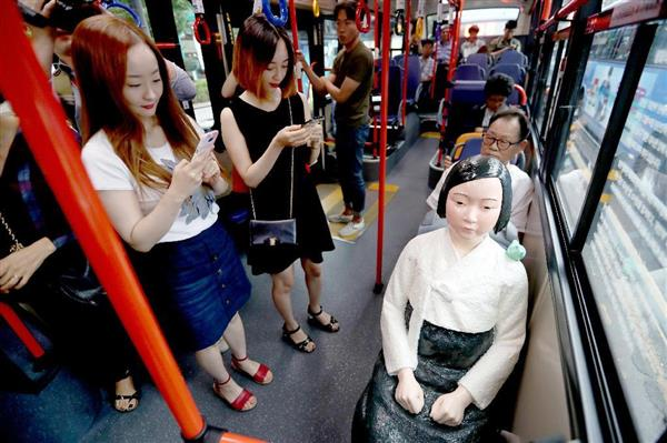 ソウル市内を運行したプラスチック製の慰安婦像を乗せた路線バス=8月14日(聯合=共同)