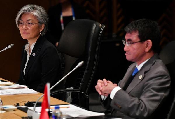 8月7日、マニラでの東南アジア諸国連合(ASEAN)関連外相会合に出席する河野太郎外相(右)と韓国の康京和外相(ロイター)