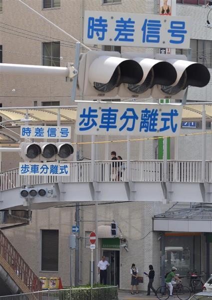 停電になったため消えた、JR吹田駅近くの信号機=23日午前10時5分、大阪府吹田市 (安元雄太撮影)