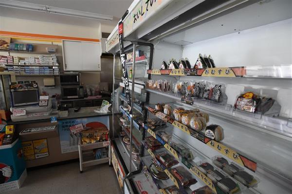 停電になったため閉店したコンビニの棚=23日午前8時58分、大阪府吹田市 (安元雄太撮影)