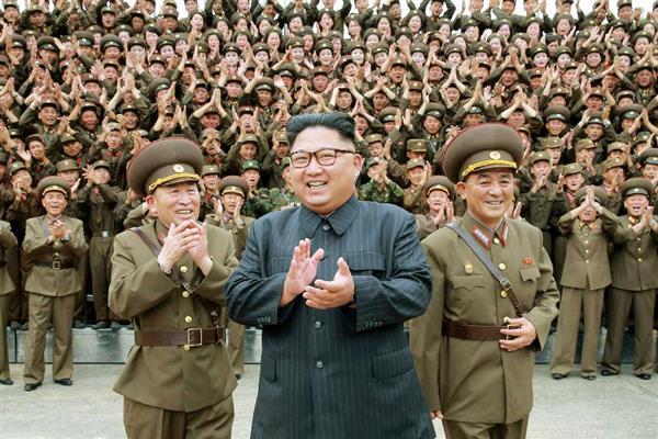 8月15日、北朝鮮の労働新聞が掲載した、朝鮮人民軍戦略軍司令部を視察する金正恩朝鮮労働党委員長(中央)の写真(コリアメディア提供・共同)