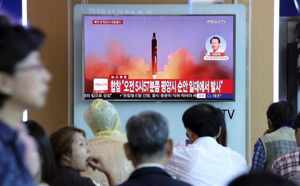 北朝鮮の弾道ミサイル発射を報じる、韓国・ソウル駅の街頭テレビ=29日(AP)