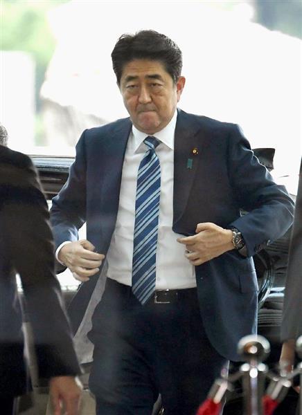首相官邸に入る安倍首相。電話会談で日韓の連携を確認した=30日午前