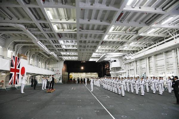 海上自衛隊の護衛艦「いずも」で、栄誉礼を受ける英国のテリーザ・メイ首相と小野寺五典防衛相ら=31日午前9時57分、神奈川県横須賀市の海上自衛隊横須賀基地(代表撮影)