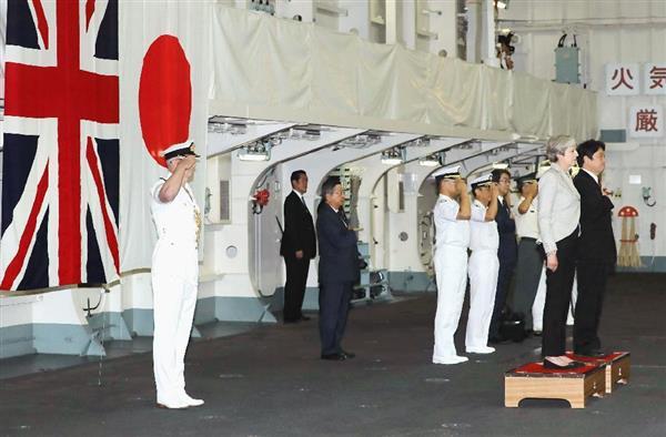 海自護衛艦「いずも」で栄誉礼を受ける英国のテリーザ・メイ首相(右から2人目)。右端は小野寺五典防衛相=31日午前、神奈川県の海上自衛隊横須賀基地(代表撮影)