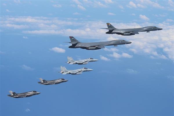 北朝鮮の弾道ミサイル発射を受けた共同訓練で、九州周辺空域を飛行する米軍のB1戦略爆撃機(上の2機)、航空自衛隊のF15戦闘機(中央の2機)、米海兵隊のF35ステルス戦闘機(下の2機)=31日(航空自衛隊提供)